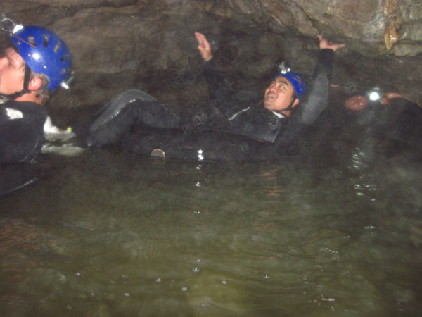 Andryo di Black Water Rafting dalam Goa Waitomo